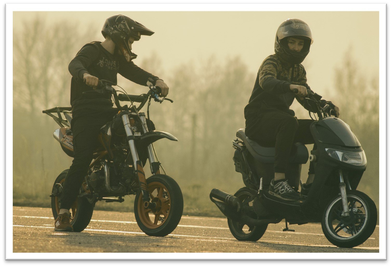 Kaksi nuorta ajaa mopolla