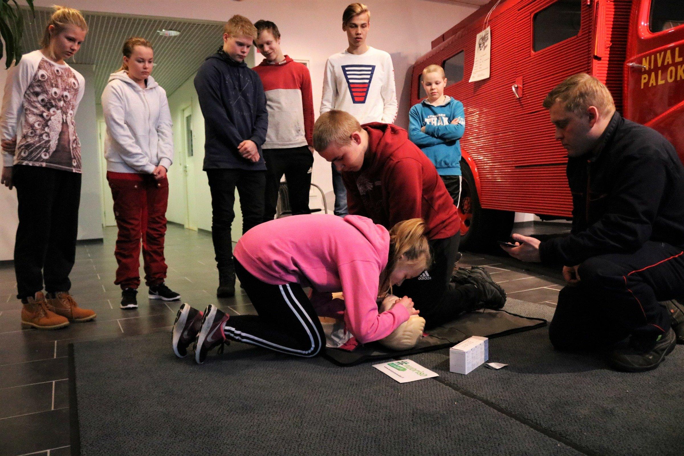Nuoret harjoittelevat elvytystä